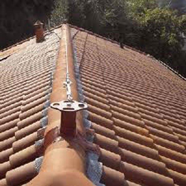 linea vita su un tetto-vista frontale
