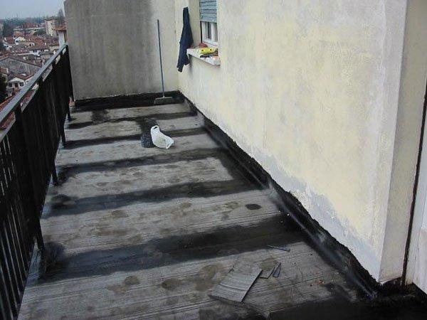 balcone con ringhiera durante ristrutturazione