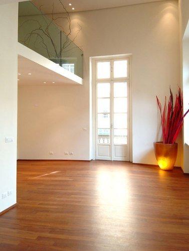 vista interna di una casa con pavimento in legno