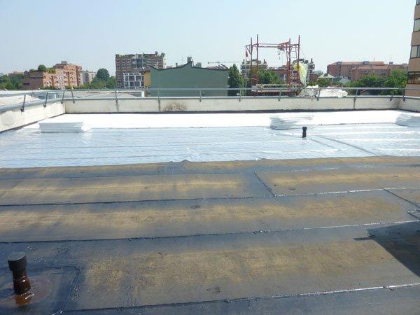tetto di una casa con materiali e tecniche realizzative durante costruzione