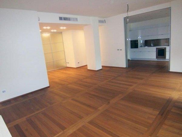 soggiorno moderno con pavimento in legno