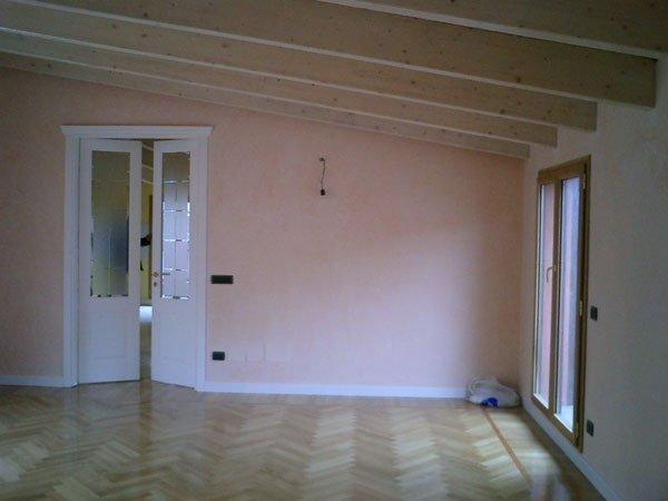vista interna di una casa con soffitto in legno