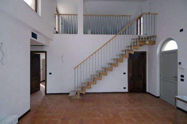 scala interna con pavimento in parquet