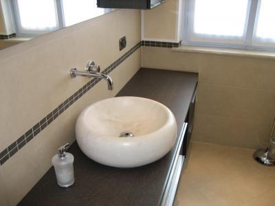 bagno moderno con lavabo e specchio