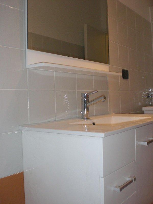 lavabo con rubinetto in acciaio e specchio-vista angolare
