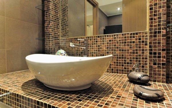 lavabo con rubinetto in acciaio e specchio