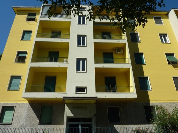 casa gialla con balconi