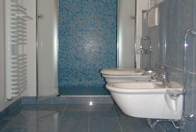 rifacimento pareti bagno in mosaico