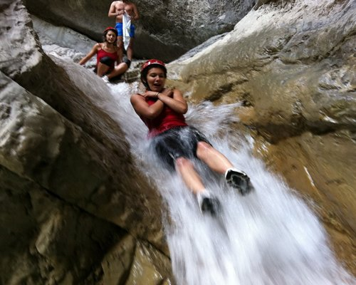 Bambini giocano su cascata