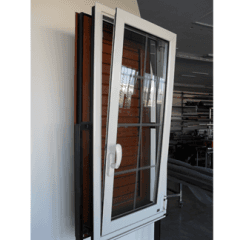 finestra con anta ribalta bianca, legno di alta qualità, serramenti