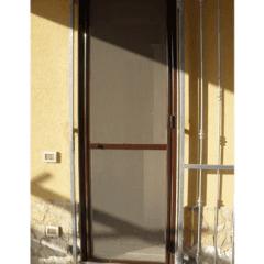 zanzariera a porta marrone, tapparelle, legno
