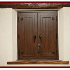 finestra con oscuri color legno, porte di alta qualità, complementi d