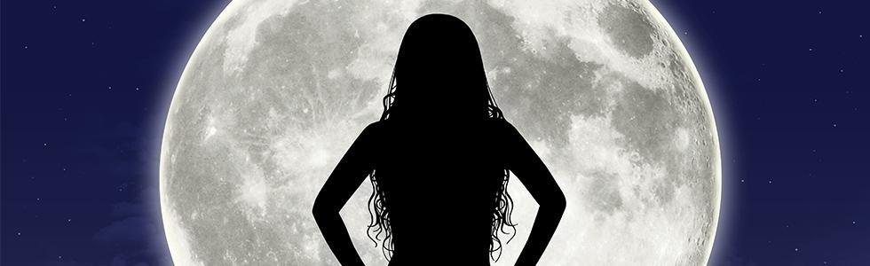 Ombra di donna di fronte alla luna