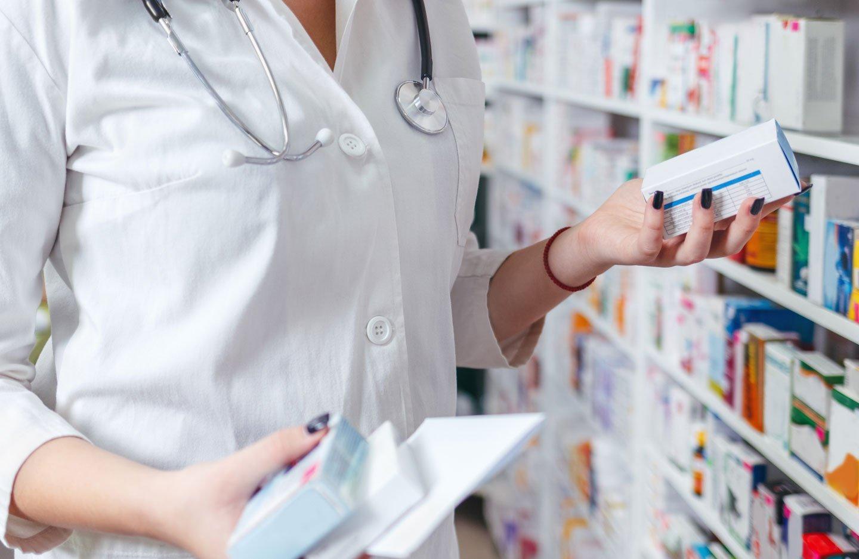 medico con scatola di farmaci