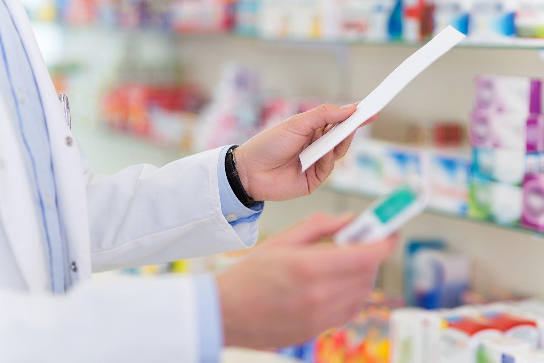 farmacista con scatola di farmaci