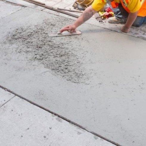 muratore intento alla manutenzione stradale