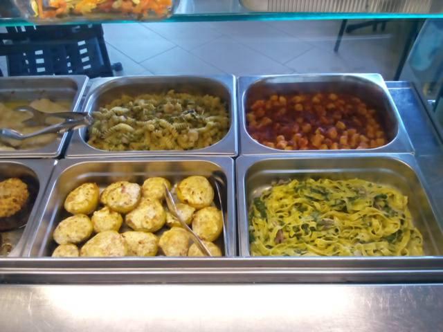 dei piatti pronti in una gastronomia