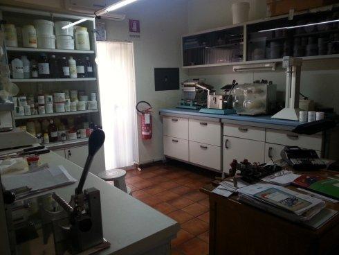 moderno ed attrezzato laboratorio per la preparazione di farmaci