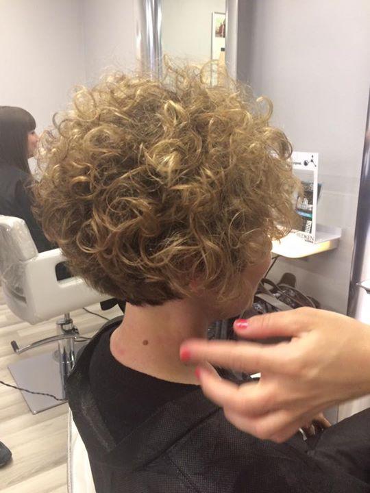 capelli biondo-castano corti ricci