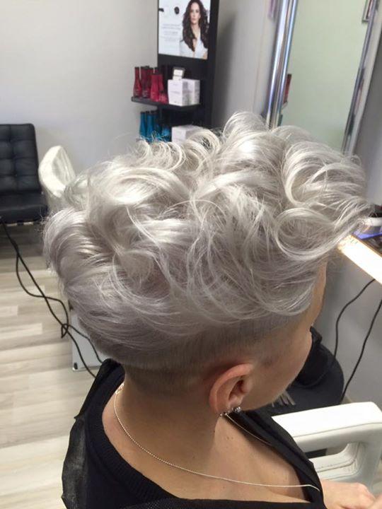 vista dall'alto di capelli bianchi corti ondulati