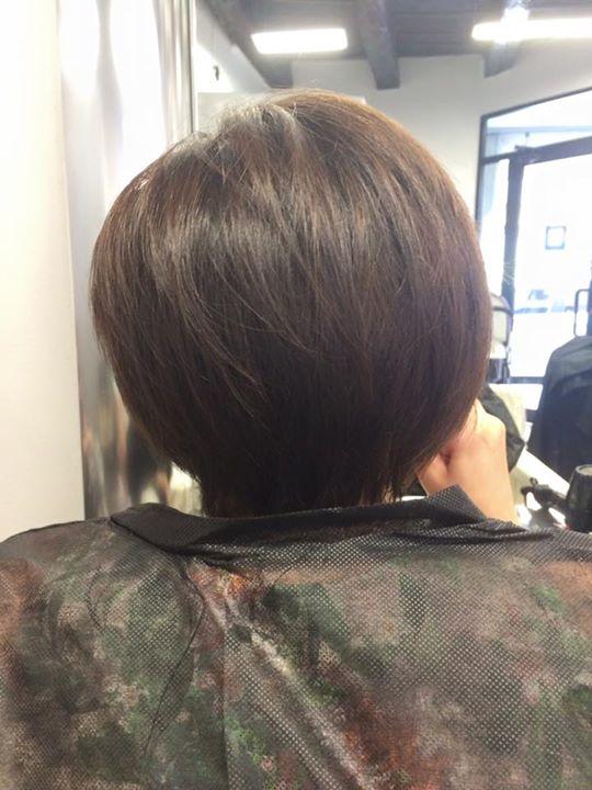 donna con caschetto cascano visto da dietro