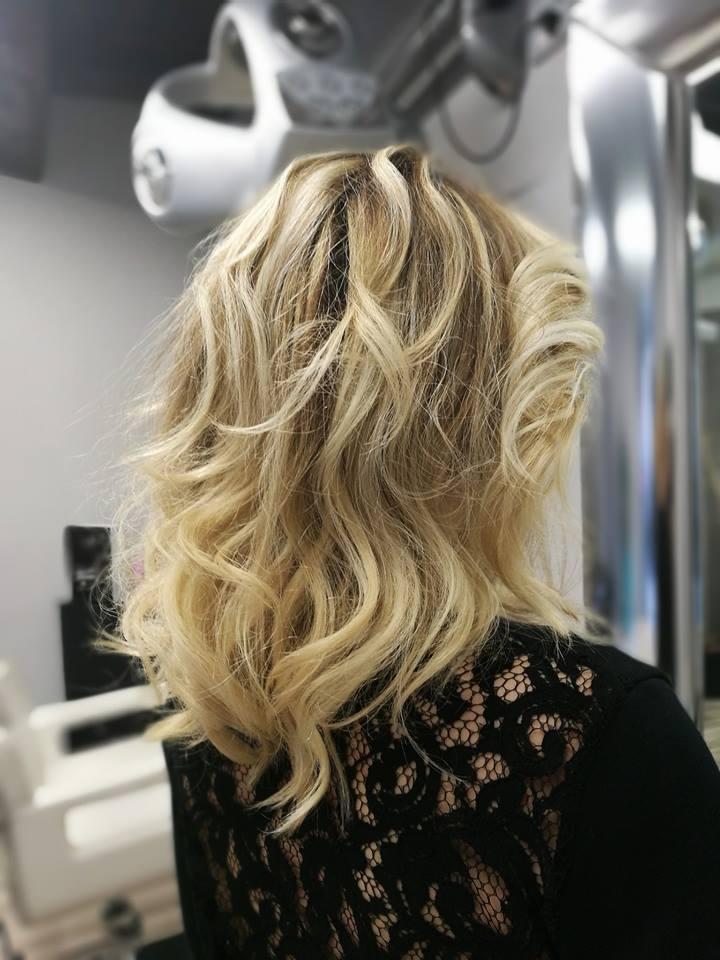 bionda con i capelli lunghi mossi