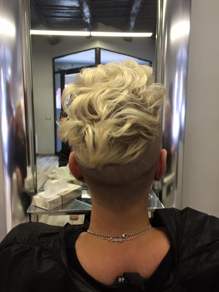 donna con capelli biondo chiarissimo corti mossi