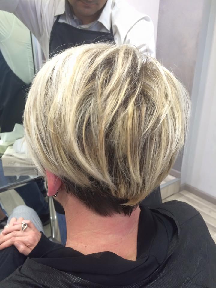 donna con capelli biondi e meches