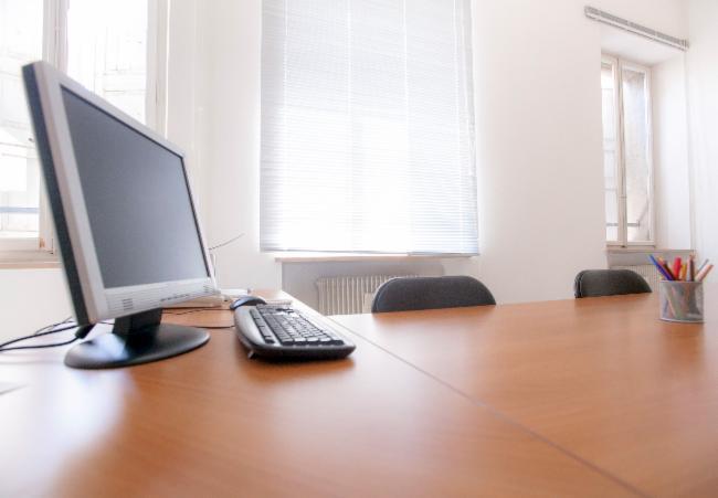 una scrivania con una tastiera e un monitor