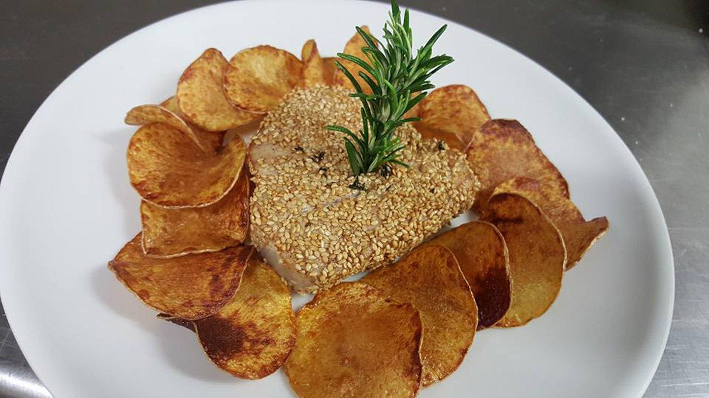 Pesce in crosta di sesamo con guarnizione di patate