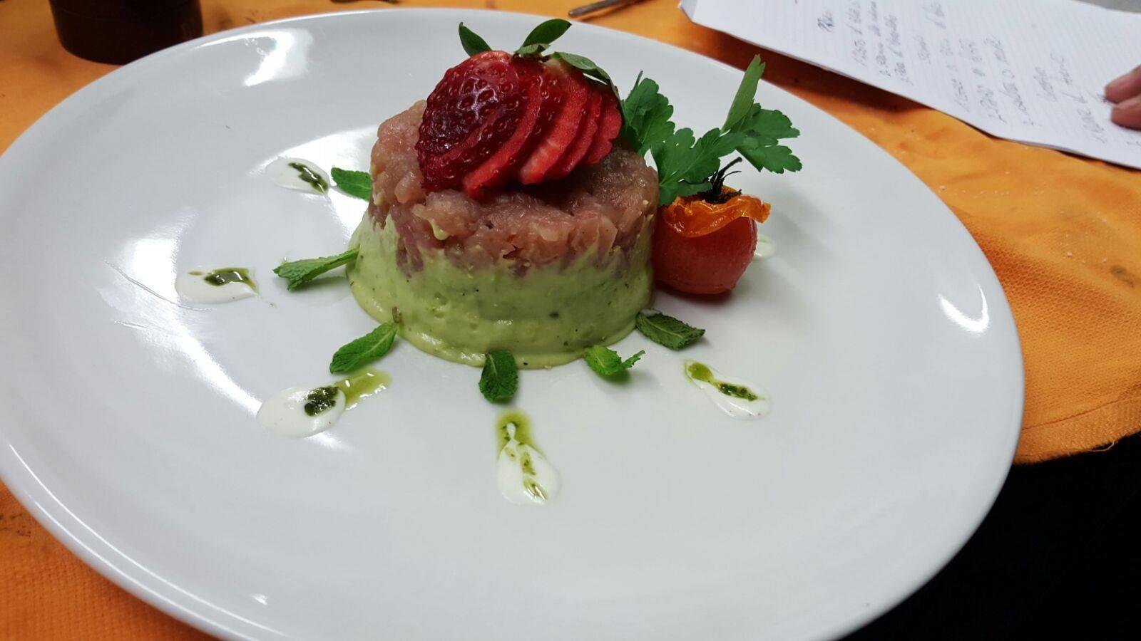 Tartare di carne guarnita con fragole e salsa verde