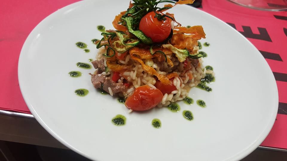 Piatto di riso guarnito con carote, zucchine e pomodorini
