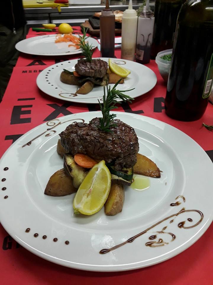 Piatto di carne macinata con patate al forno e limone