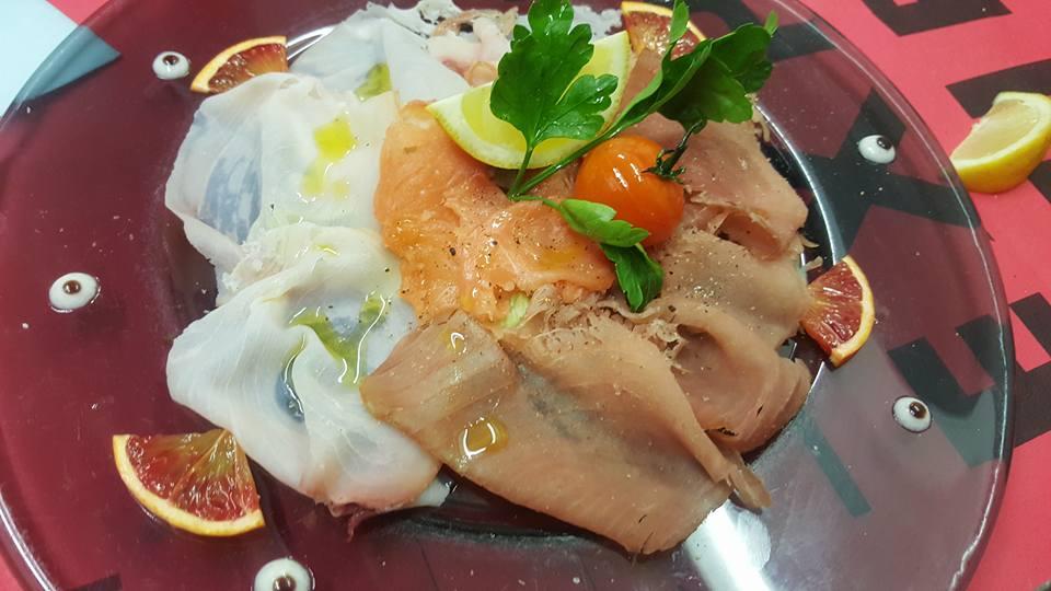 Piatto con affettato, uova e pomodorini