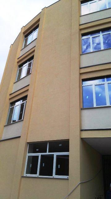 palazzo con finestre in alluminio