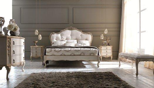Camera da letto con tappeto, un letto con due mobiletti e due lampade