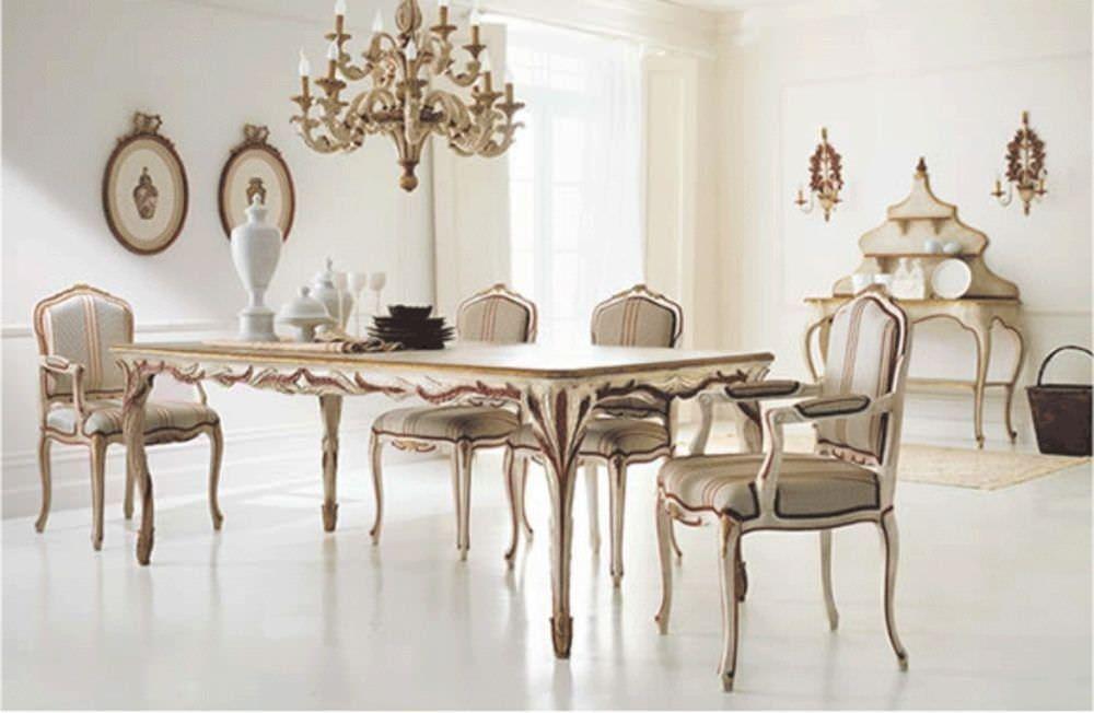 Sala da pranzo classica con tavolo, quattro sedie e un lampadario