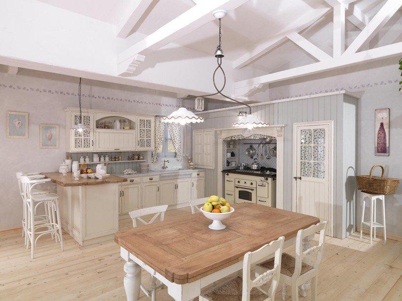 Sala da pranzo con arredamento classico in bianco e legno