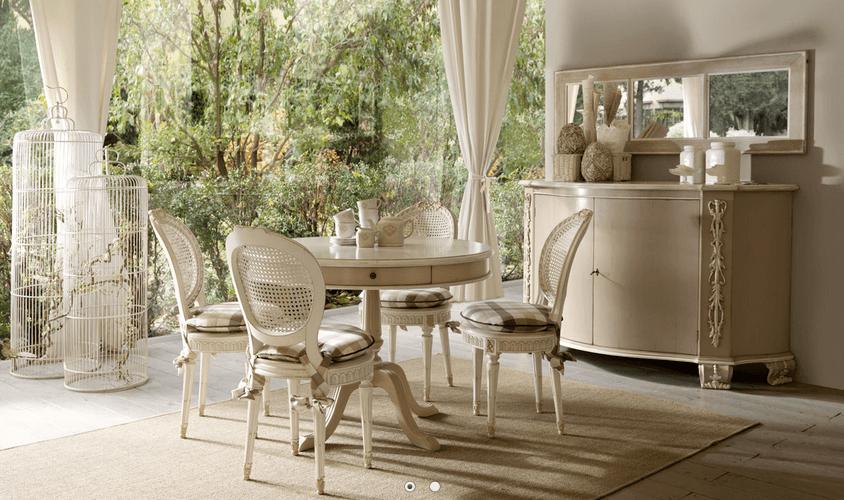 Salone con tavolo e quattro sedie con altri elementi di arredo classico