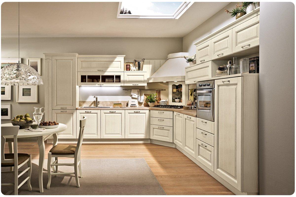 Cucina classica  tutta in bianco, con tavolo, delle sedie e un tappeto.