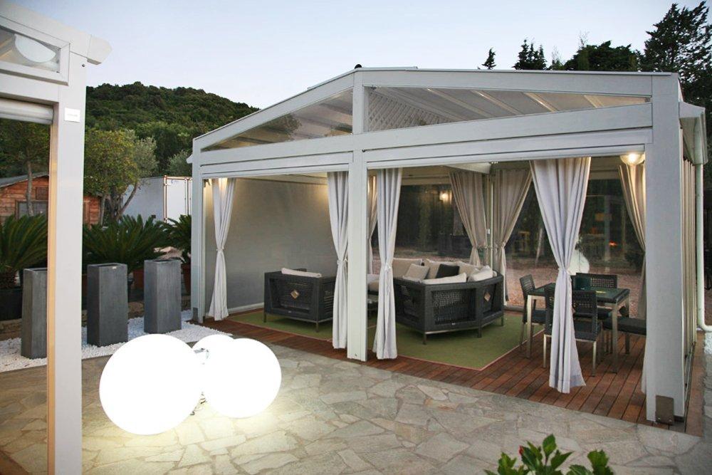 gazebo bianco con tende tirate su un lato