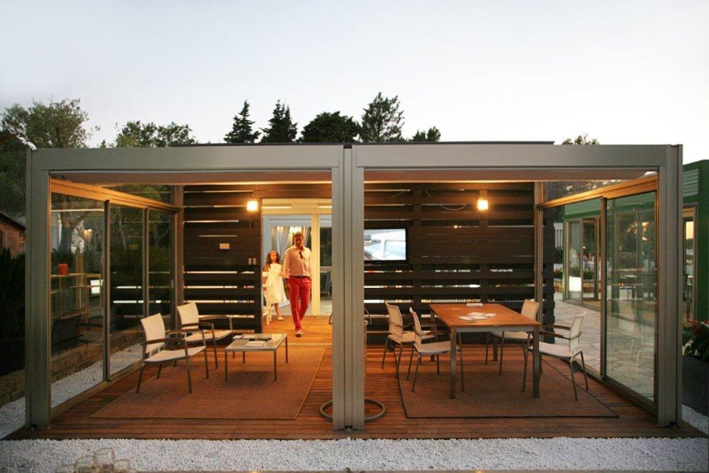 vista fronale veranda con televisione e tavolini