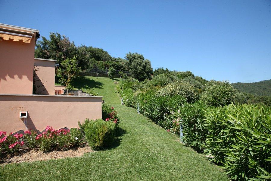 giardino a a lato di una casa