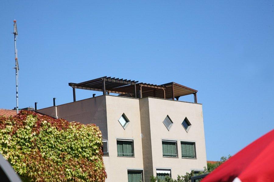 edificio con tettoia in legno