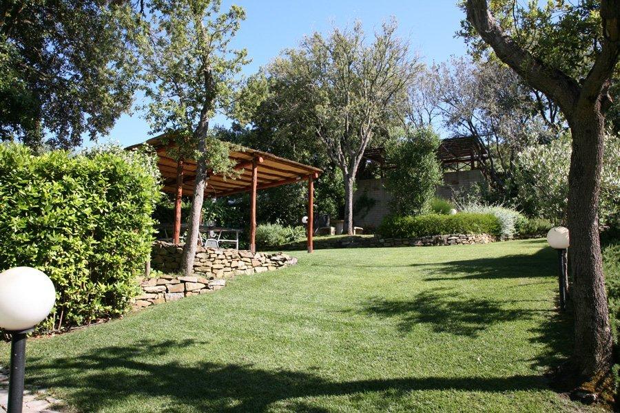 giardino attrezzato con gazebo