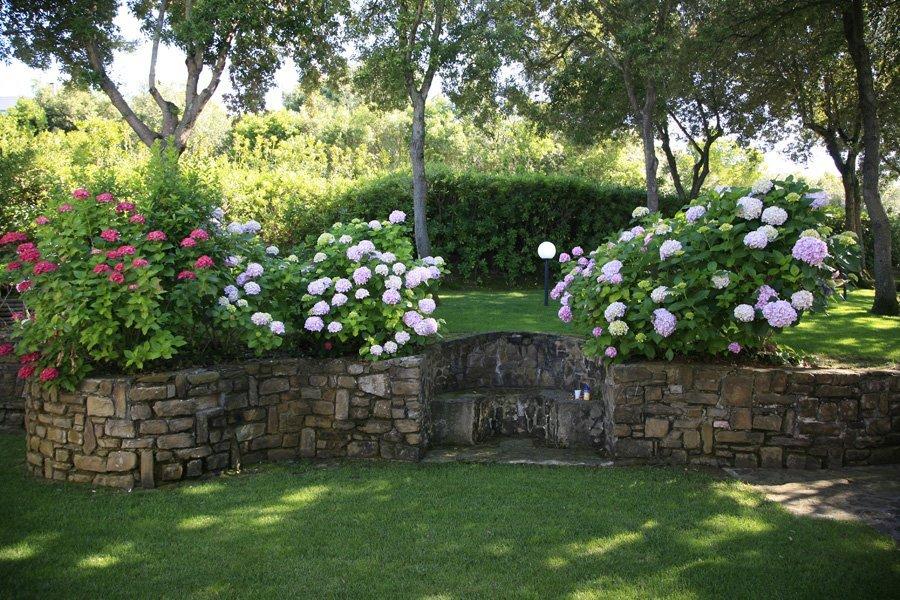 giardino con muretto in pietra