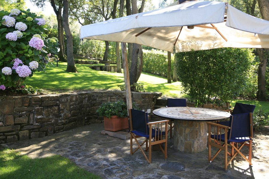 giardino con spazio relax: sedie e tavoli