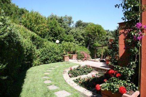 sentiero lungo giardino