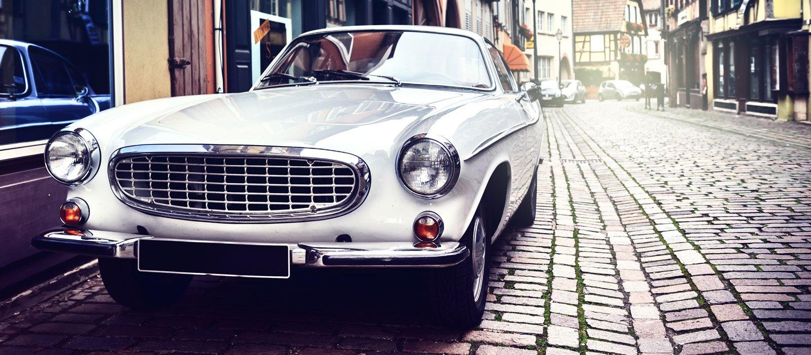 auto d'epoca parcheggiata in città