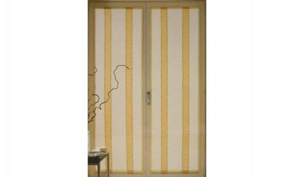 tende di color giallo e bianco e a strisce